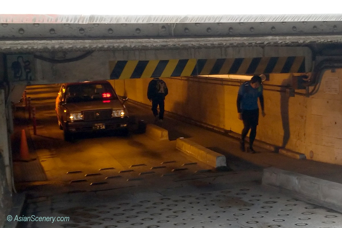 """Underpass """"Takanawa Guard"""" famous with extreme low ceiling  低い天井で有名な「高輪ガード」"""